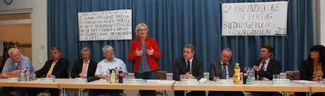 Die Aktionsgemeinschaft Ortsumgehung Rosengarten (Agor) diskutierte mit Politikern – darunter Christine Lambrecht (stehend) – und der Verwaltungsspitze. Foto: AfP Asel