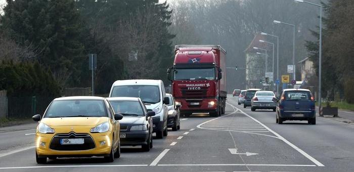 Nach wie vor fahren viele Autos und Lastwagen durch Rosengarten. Allerdings ist die Zahl der Fahrzeuge auf der B 47 in den letzten Jahren gesunken. Foto: AfP Asel